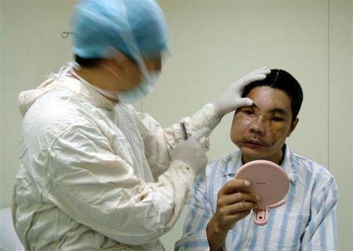 医生在为他进行检查。