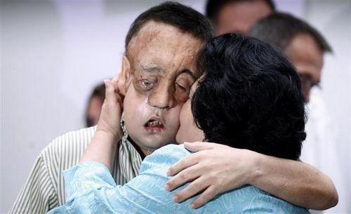 拉斐尔与他的妈妈胡安娜拥抱。