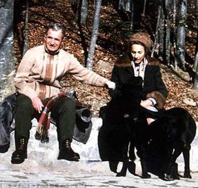 齐奥塞斯库在罗马尼亚执政24年(1965—1989),到后期把个人崇拜发展到了巅峰。