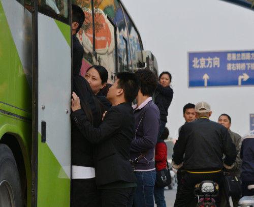 从燕郊去往北京的上班族在张望还能不能挤上车
