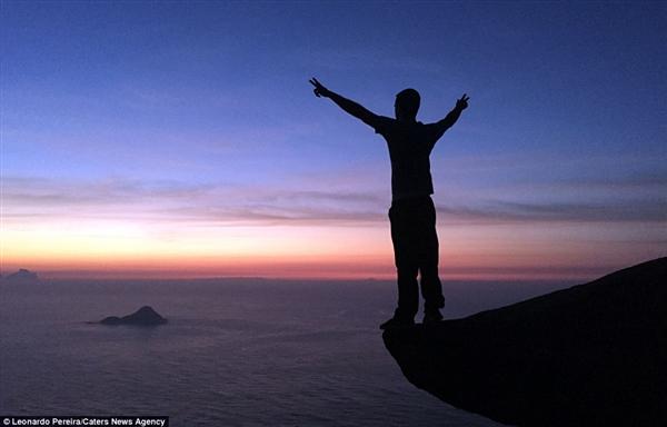 太疯狂了!情侣843米高悬崖拍照:看着腿就软