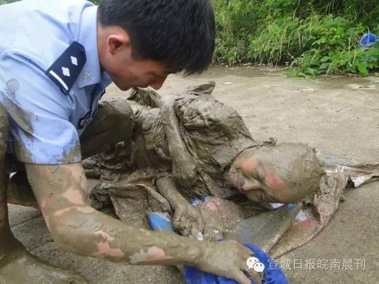 70岁老人为捡1只矿泉水瓶 深陷淤泥12小时