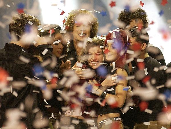 第一季《美国偶像》的获胜者凯利·克拉克森(中)与贾斯汀·加里尼(后)及尼基·麦克基宾(右前)。