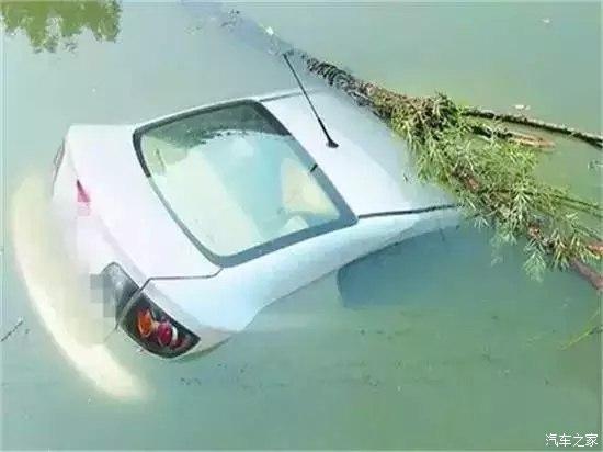 汽车坠河救5条命