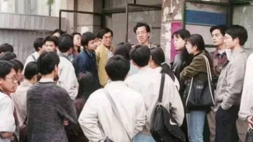 俞敏洪每次课后都会被学员团团围住,为他们解惑答疑