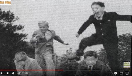 在基尤森林学校就读期间,顽皮的川普(左)与同学布兰特(Peter Brant,右)分别从另两位同学身上跳过。(youtube视频截图)