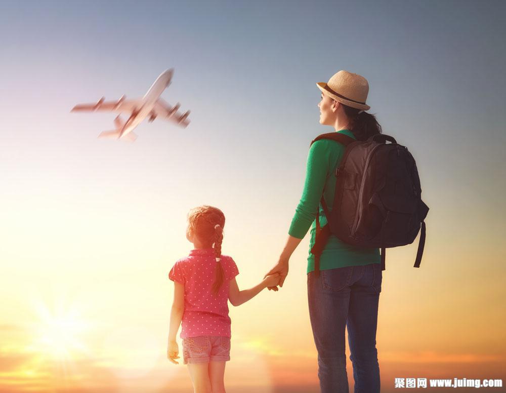 手牵手旅行的母女图片