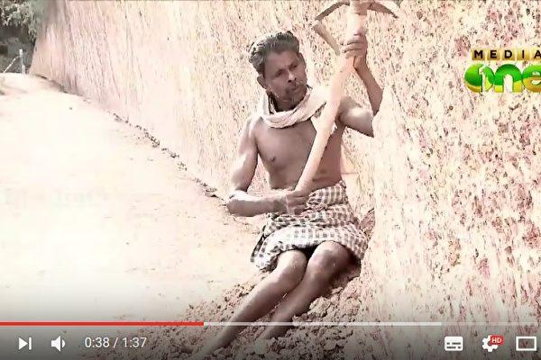 虽然半身瘫痪,但印度男子沙西(Melethuveettil Sasi)凭借惊人的毅力,独自一人在家门前的小山凿出一条路。(视频撷图)