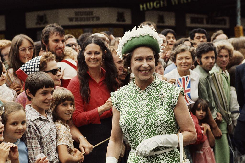 伊丽莎白二世女王开始走动 - 关于皇室的迷人事实 - 这是玫瑰色