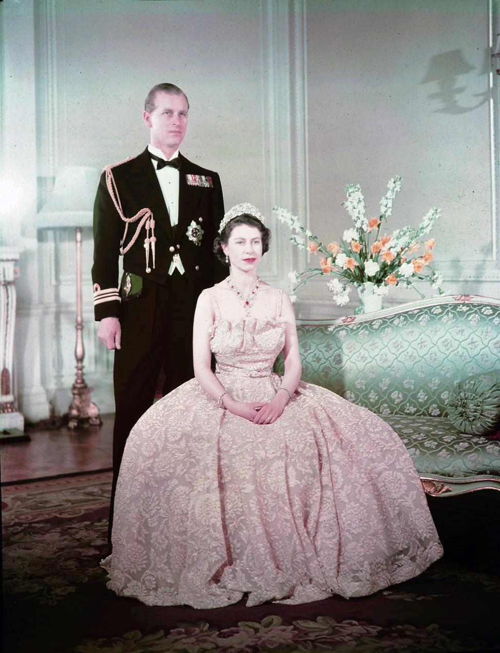 伊丽莎白二世女王 7 岁时遇见菲利普亲王 - 关于王室的迷人事实 - 这是玫瑰色