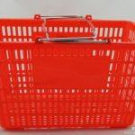 英超市对塑料袋收费 消费者直接顺购物篮载货