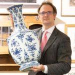 英国夫妇不识货用乾隆瓷瓶顶门 估价100万英镑